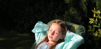 dziewczynka śpi
